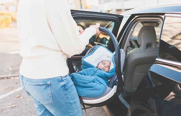 ¿Como llevar a un bebe recién nacido en el auto?